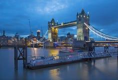 London - die Turm-Braut von Katharine-Pier an der Dämmerung Stockbilder