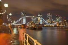 London - die Turmbrücke, -promenade und -wolkenkratzer an der Dämmerung Stockfotos