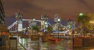 London - die Turmbraut, -promenade und -wolkenkratzer an der Dämmerung Stockbilder