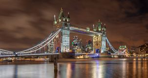 London - die Turmbraut und -wolkenkratzer in der Abenddämmerung Stockfoto