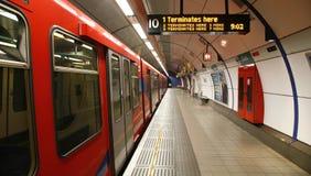 London DLR, hamnkvarter tänder järnvägen. Fotografering för Bildbyråer