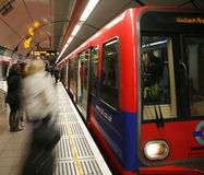 London DLR, hamnkvarter tänder järnvägen. Royaltyfri Foto
