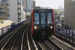 London DLR, hamnkvarter tänder järnvägen. Arkivbilder