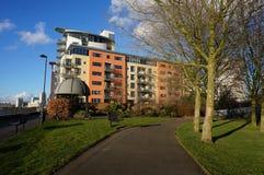 London-Docklands Flussufer und Wohnungen Lizenzfreies Stockbild