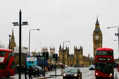 01-29-2017 London - doppelter gedeckter Bus und Big Ben stockfotos