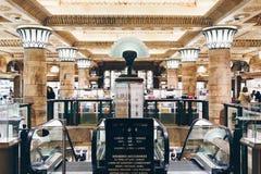 London England - April 4, 2017: Inre av den berömda Harrodsen Arkivbild