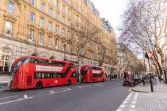 London, England - 1. APRIL 2019: Rotes Doppeltes Decker Bus in London stockbilder