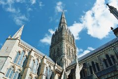 LONDON, ENGLAND - 2. AUGUST 2013: Ansicht von Salisbury-Kathedrale c lizenzfreie stockfotografie