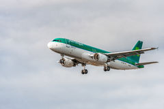 LONDON, ENGLAND - 22. AUGUST 2016: EI-DEE Aer Lingus Airbus A320 Landung in Heathrow-Flughafen, London Lizenzfreies Stockbild