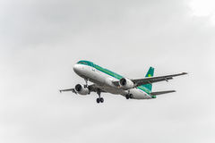LONDON, ENGLAND - 22. AUGUST 2016: EI-DEG Aer Lingus Airbus A320 Landung in Heathrow-Flughafen, London Lizenzfreie Stockbilder