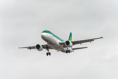 LONDON, ENGLAND - 22. AUGUST 2016: EI-DEG Aer Lingus Airbus A320 Landung in Heathrow-Flughafen, London Stockfotografie
