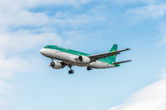LONDON, ENGLAND - AUGUST 22, 2016: EI-DVE Aer Lingus Airbus A320 Landing in Heathrow Airport, London. Stock Photography