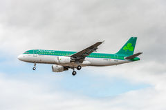 LONDON, ENGLAND - 22. AUGUST 2016: EI-DVE Aer Lingus Airbus A320 Landung in Heathrow-Flughafen, London Stockbild