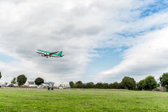 LONDON, ENGLAND - 22. AUGUST 2016: EI-DVE Aer Lingus Airbus A320 Landung in Heathrow-Flughafen, London Stockfotografie