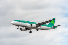 LONDON, ENGLAND - 22. AUGUST 2016: EI-DVE Aer Lingus Airbus A320 Landung in Heathrow-Flughafen, London Lizenzfreies Stockfoto