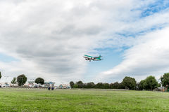 LONDON, ENGLAND - 22. AUGUST 2016: EI-DVE Aer Lingus Airbus A320 Landung in Heathrow-Flughafen, London Lizenzfreie Stockfotos