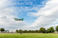 LONDON, ENGLAND - 22. AUGUST 2016: EI-DVI Aer Lingus Airbus A320 Landung in Heathrow-Flughafen, London Stockbilder