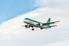 LONDON, ENGLAND - AUGUST 22, 2016: EI-EDS Aer Lingus Airlines Airbus A320 Landing in Heathrow Airport, London. Airplane is landing in Heathrow Airport, London stock photography