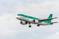 LONDON, ENGLAND - 22. AUGUST 2016: EI-FNJ Aer Lingus Airbus A320 Landung in Heathrow-Flughafen, London Stockbilder
