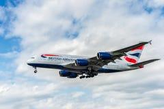 LONDON, ENGLAND - 22. AUGUST 2016: G-XLEJ British Airways Airbus A380 Landung in Heathrow-Flughafen, London Stockbild