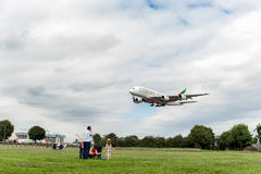 LONDON, ENGLAND - 22. AUGUST 2016: Landung A6-EEX Emirat-Fluglinien-Airbusses A380 in Heathrow-Flughafen, London Stockfotografie