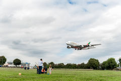 LONDON, ENGLAND - 22. AUGUST 2016: Landung A6-EEX Emirat-Fluglinien-Airbusses A380 in Heathrow-Flughafen, London Stockbilder