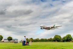 LONDON, ENGLAND - 22. AUGUST 2016: Landung A6-EEX Emirat-Fluglinien-Airbusses A380 in Heathrow-Flughafen, London Lizenzfreies Stockfoto