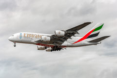LONDON, ENGLAND - 22. AUGUST 2016: Landung A6-EEX Emirat-Fluglinien-Airbusses A380 in Heathrow-Flughafen, London Lizenzfreies Stockbild