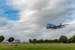 LONDON, ENGLAND - 22. AUGUST 2016: Landung HL7619 Korean Air Airbus A380 in Heathrow-Flughafen, London Lizenzfreie Stockbilder