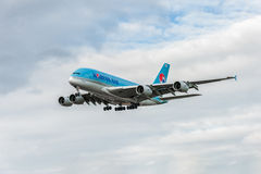 LONDON, ENGLAND - 22. AUGUST 2016: Landung HL7619 Korean Air Airbus A380 in Heathrow-Flughafen, London Stockbilder