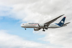 LONDON, ENGLAND - AUGUST 22, 2016: N965AM Aeromexico Airlines Boeing 787-8 Dreamliner Landing in Heathrow Airport, London. Royalty Free Stock Photos
