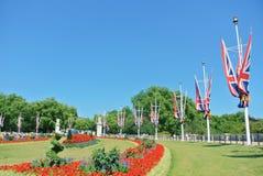 LONDON, ENGLAND - 1. AUGUST 2013: Park mit grünem Gras und bri Lizenzfreies Stockbild