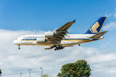 LONDON, ENGLAND - 22. AUGUST 2016: 9V-SKB Singapore Airlines Airbus A380 Landung in Heathrow-Flughafen, London Stockfotos