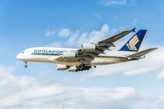 LONDON, ENGLAND - 22. AUGUST 2016: 9V-SKB Singapore Airlines Airbus A380 Landung in Heathrow-Flughafen, London Lizenzfreie Stockbilder