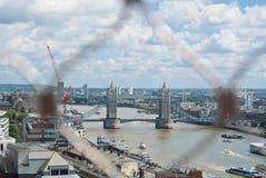 LONDON ENGLAND - AUGUSTI 03, 2013: Areal sikt som står högt den bron Arkivfoton