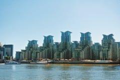 LONDON ENGLAND - AUGUSTI 01, 2013: En sikt till aint George Wharf P Arkivfoton