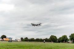 LONDON ENGLAND - AUGUSTI 22, 2016: För flygbolagflygbuss A320 för D-AIUG Lufthansa landning i den Heathrow flygplatsen, London Arkivfoto