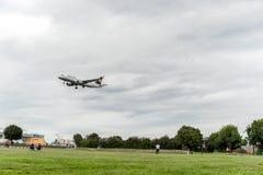 LONDON ENGLAND - AUGUSTI 22, 2016: För flygbolagflygbuss A320 för D-AIUG Lufthansa landning i den Heathrow flygplatsen, London Fotografering för Bildbyråer