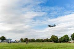 LONDON ENGLAND - AUGUSTI 22, 2016: För flygbolagflygbuss A320 för D-AIUS Lufthansa landning i den Heathrow flygplatsen, London Arkivbild