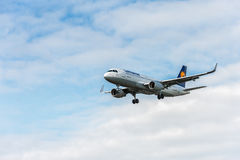 LONDON ENGLAND - AUGUSTI 22, 2016: För flygbolagflygbuss A320 för D-AIUS Lufthansa landning i den Heathrow flygplatsen, London Royaltyfri Fotografi