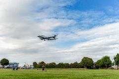 LONDON ENGLAND - AUGUSTI 22, 2016: För flygbolagflygbuss A320 för D-AIUS Lufthansa landning i den Heathrow flygplatsen, London Royaltyfri Foto