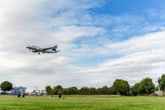 LONDON ENGLAND - AUGUSTI 22, 2016: För flygbolagflygbuss A320 för D-AIUS Lufthansa landning i den Heathrow flygplatsen, London Royaltyfria Foton