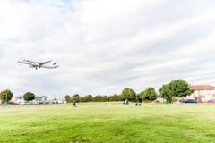 LONDON ENGLAND - AUGUSTI 22, 2016: För flygbolagflygbuss A321 för OH-LZL Finnair landning i den Heathrow flygplatsen, London Royaltyfria Bilder