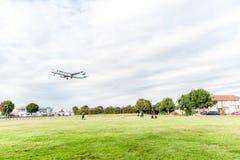 LONDON ENGLAND - AUGUSTI 22, 2016: För flygbolagflygbuss A321 för OH-LZL Finnair landning i den Heathrow flygplatsen, London Royaltyfri Bild