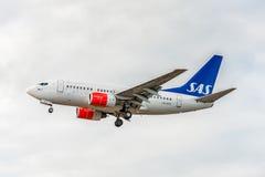 LONDON ENGLAND - AUGUSTI 22, 2016: Flygbolag Boeing 737 som för LN-RPS SAS landar i den Heathrow flygplatsen, London Arkivbilder