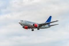 LONDON ENGLAND - AUGUSTI 22, 2016: Flygbolag Boeing 737 som för LN-RRD SAS landar i den Heathrow flygplatsen, London Royaltyfri Bild