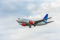 LONDON ENGLAND - AUGUSTI 22, 2016: Flygbolag Boeing 737 som för LN-RRD SAS landar i den Heathrow flygplatsen, London Royaltyfria Bilder