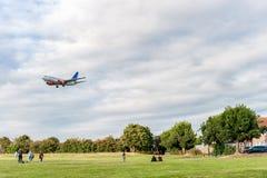 LONDON ENGLAND - AUGUSTI 22, 2016: Flygbolag Boeing 737 som för LN-RRD SAS landar i den Heathrow flygplatsen, London Arkivbilder