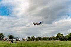 LONDON ENGLAND - AUGUSTI 22, 2016: Flygbolag Boeing 737 som för LN-RRZ SAS landar i den Heathrow flygplatsen, London Arkivfoton