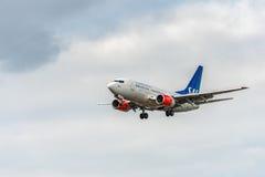 LONDON ENGLAND - AUGUSTI 22, 2016: Flygbolag Boeing 737 som för LN-RRZ SAS landar i den Heathrow flygplatsen, London Arkivbild